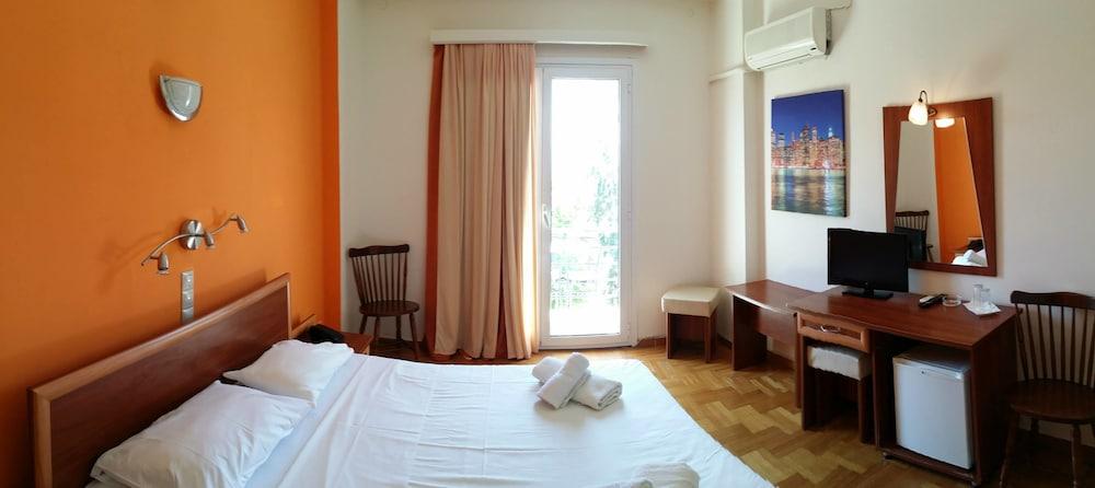 https://i.travelapi.com/hotels/25000000/24910000/24904100/24904021/7d09ff61_z.jpg