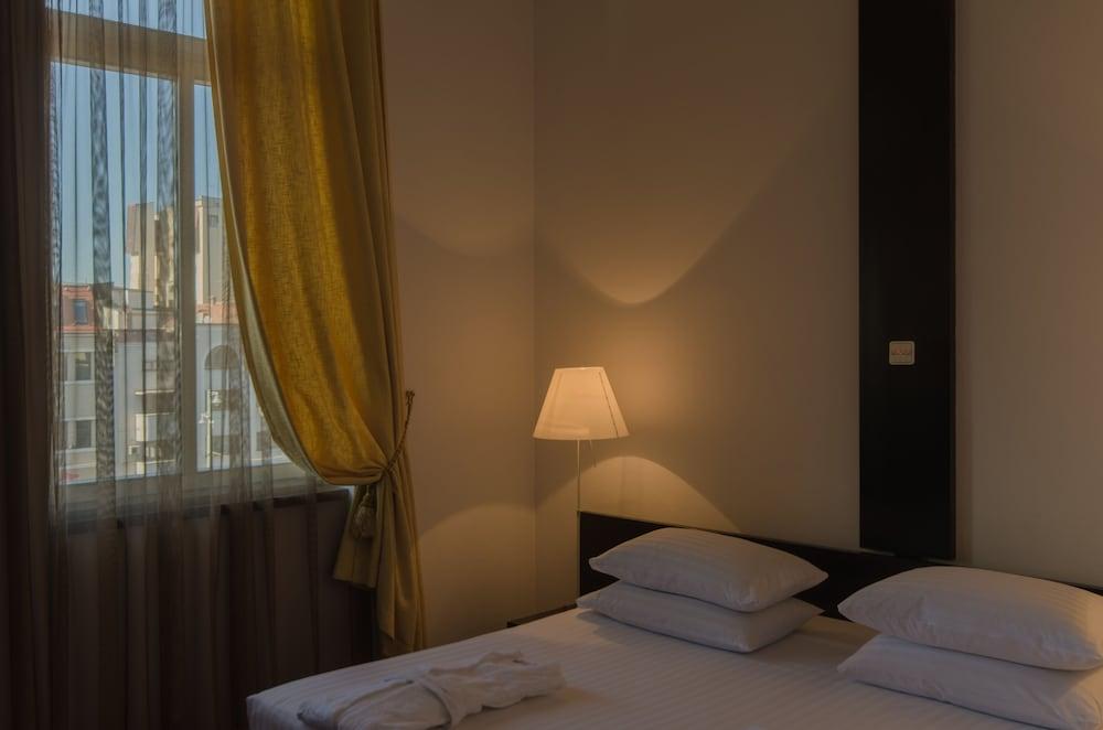 https://i.travelapi.com/hotels/26000000/25030000/25020800/25020738/91035e77_z.jpg