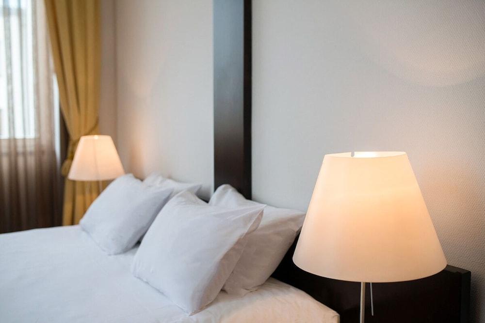 https://i.travelapi.com/hotels/26000000/25030000/25020800/25020738/b26442b9_z.jpg