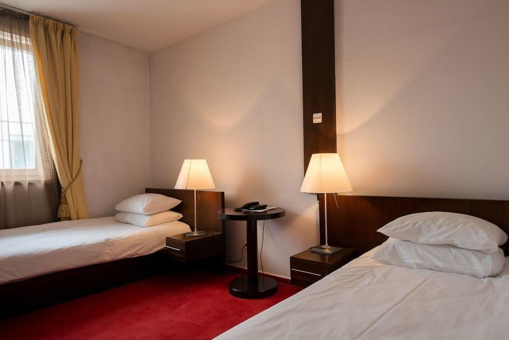 https://i.travelapi.com/hotels/26000000/25030000/25020800/25020738/b638d27e_z.jpg