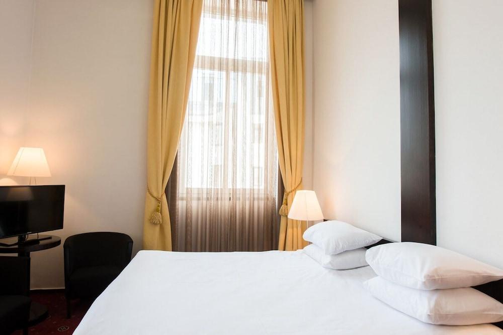 https://i.travelapi.com/hotels/26000000/25030000/25020800/25020738/bc264d81_z.jpg