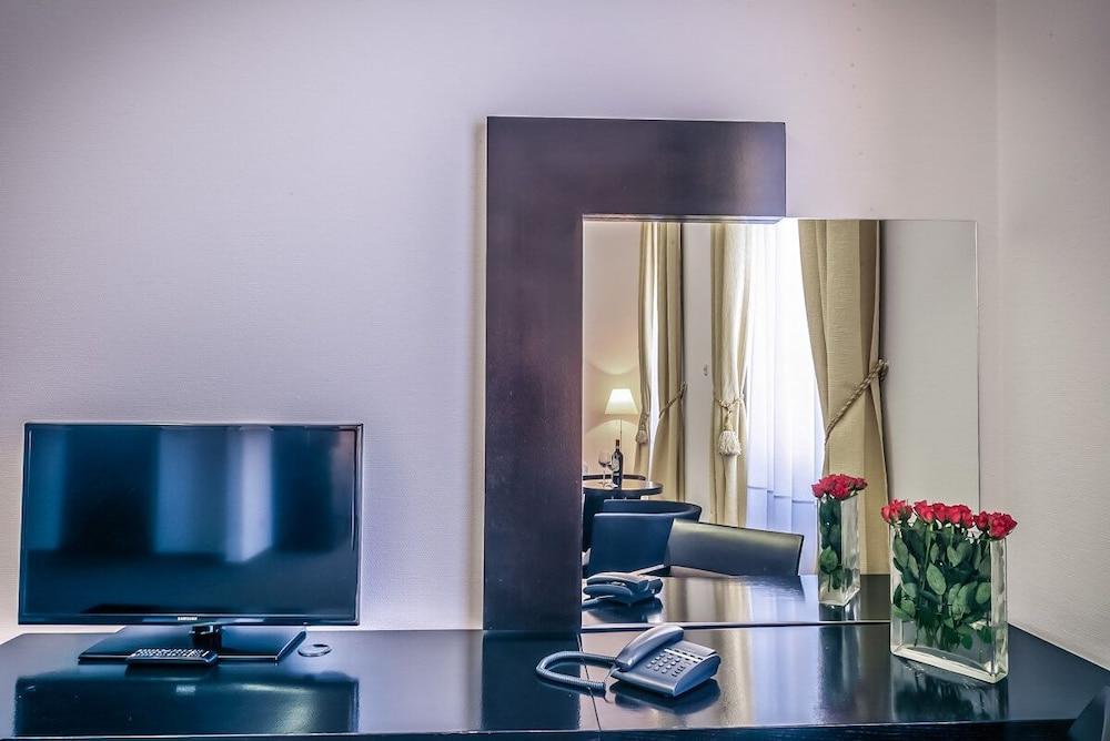 https://i.travelapi.com/hotels/26000000/25030000/25020800/25020738/bfba0de6_z.jpg