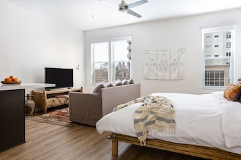 Sunny Studio in Little Italy by Sonder photo