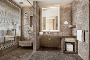 COURTYARD BY MARRIOTT ILOILO Bathroom
