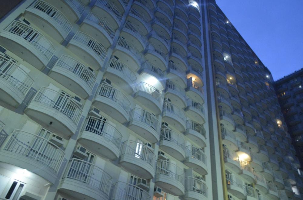 https://i.travelapi.com/hotels/26000000/25100000/25091900/25091824/769369fc_z.jpg