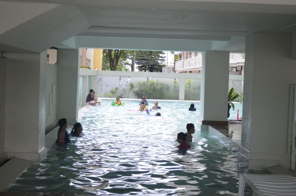 https://i.travelapi.com/hotels/26000000/25100000/25091900/25091824/868a3e8e_z.jpg