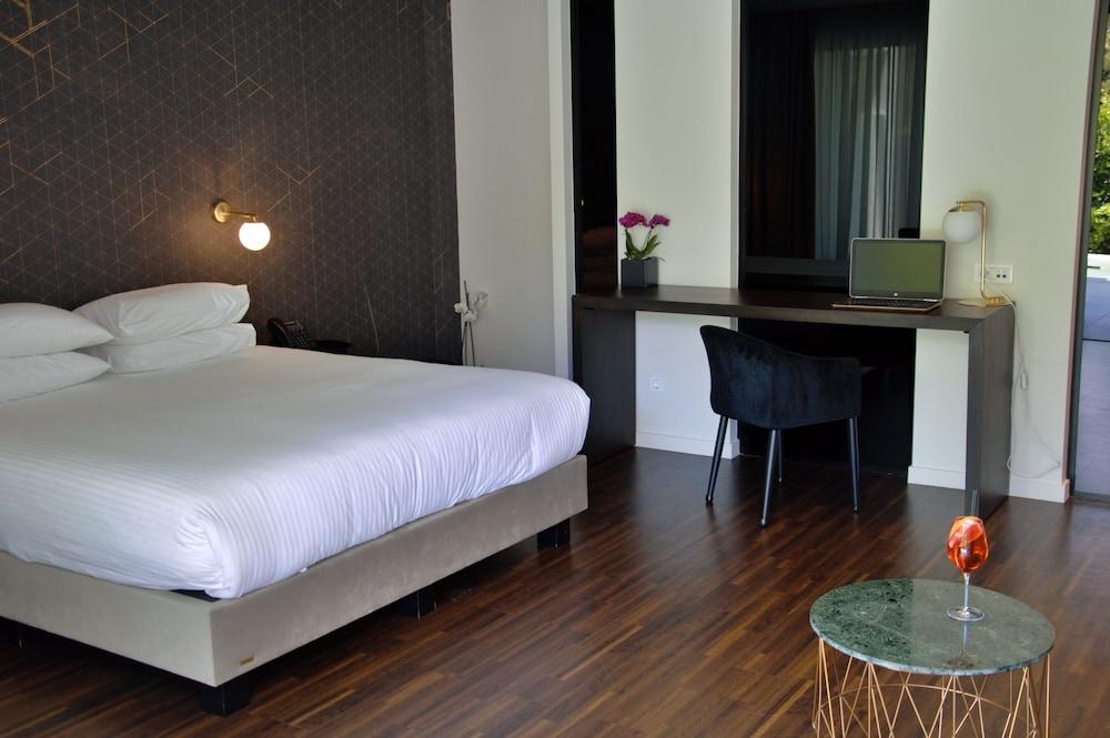 https://i.travelapi.com/hotels/26000000/25100000/25099400/25099330/ec72a20f_z.jpg