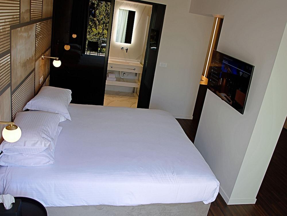 https://i.travelapi.com/hotels/26000000/25100000/25099400/25099330/efeca1b9_z.jpg