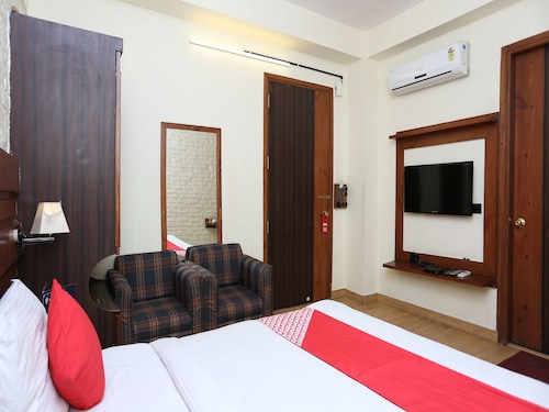 OYO 13602 Hotel The Town House, Ghaziabad