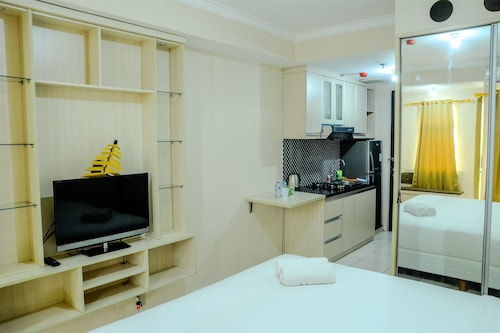 Simply Studio Room at Grand Serpong Apartment By Travelio, Tangerang