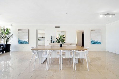 Golden Gate - We Accommodate, Surfers Paradise