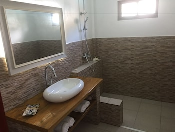 SEAPEARL OF ALONA Bathroom