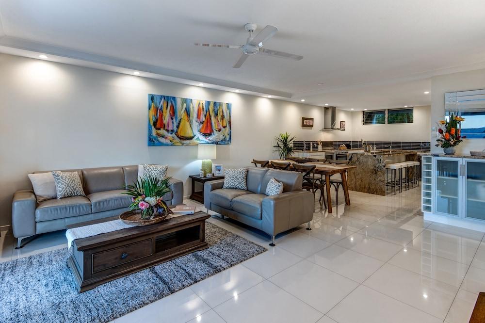 https://i.travelapi.com/hotels/27000000/26530000/26526300/26526208/6003d8c4_z.jpg