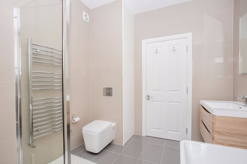 3 Bedroom Home With Skylight and Garden, London