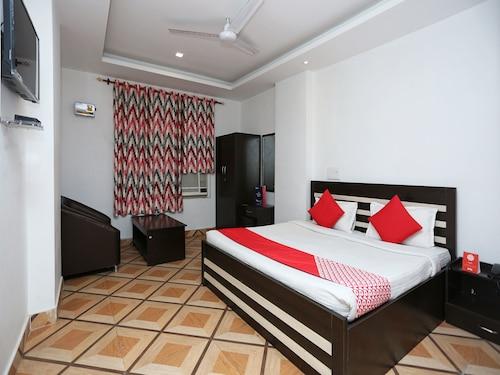 . OYO 11008 The Ashoka Hotel