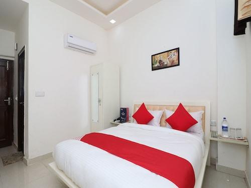 . OYO 13406 Hotel Golden Leaf