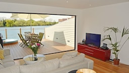 Stylish New England lakeside retreat in the Cotswold Water Park with h
