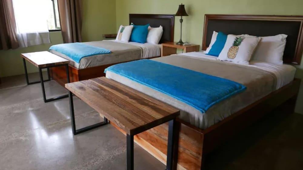 https://i.travelapi.com/hotels/27000000/26710000/26708300/26708227/3d551f10_z.jpg