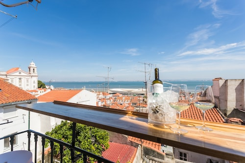 Alfama Vintage Studio Apartment w/ RiverView - by LU Holidays, Lisboa