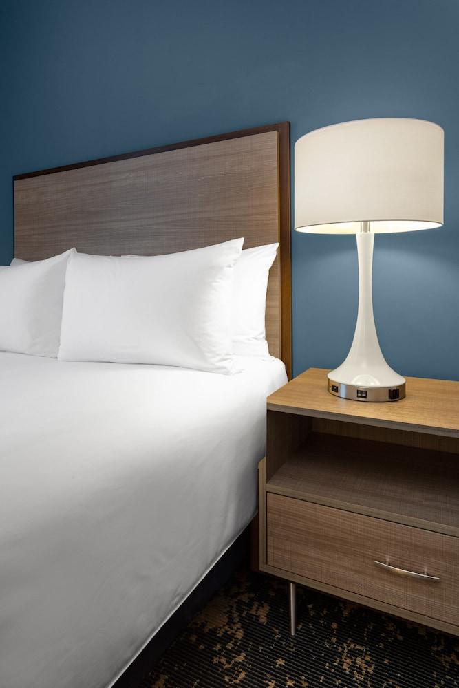 https://i.travelapi.com/hotels/27000000/26970000/26960600/26960599/2712c667_z.jpg