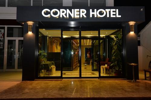 . Corner Hotel Van