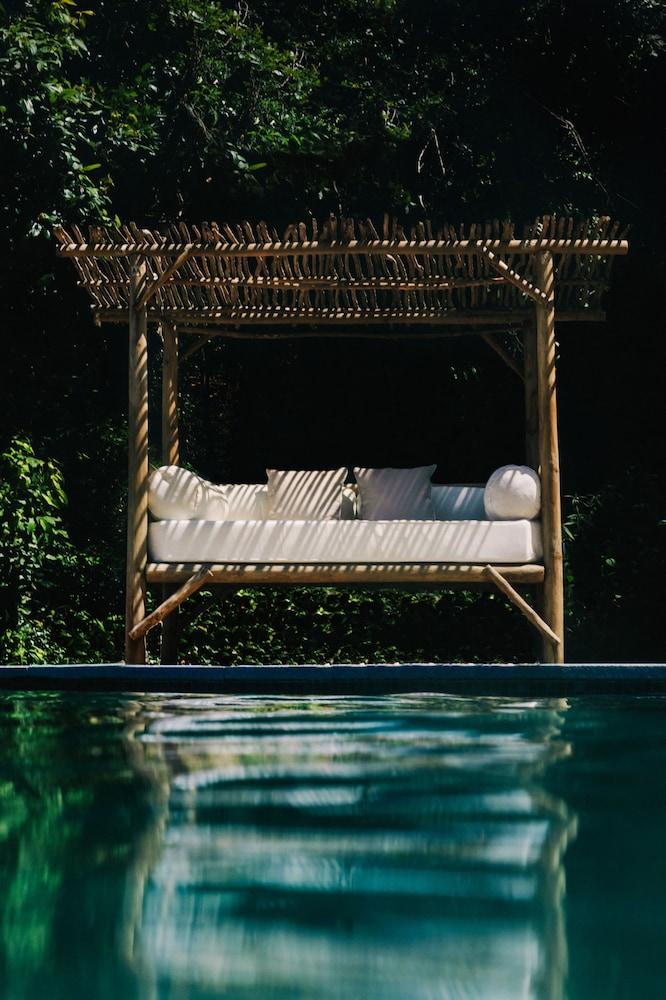 https://i.travelapi.com/hotels/28000000/27100000/27099300/27099238/df4d4caf_z.jpg