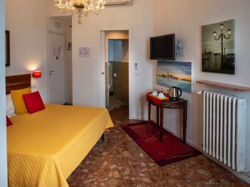 https://i.travelapi.com/hotels/28000000/27120000/27111700/27111641/15ddef10_z.jpg
