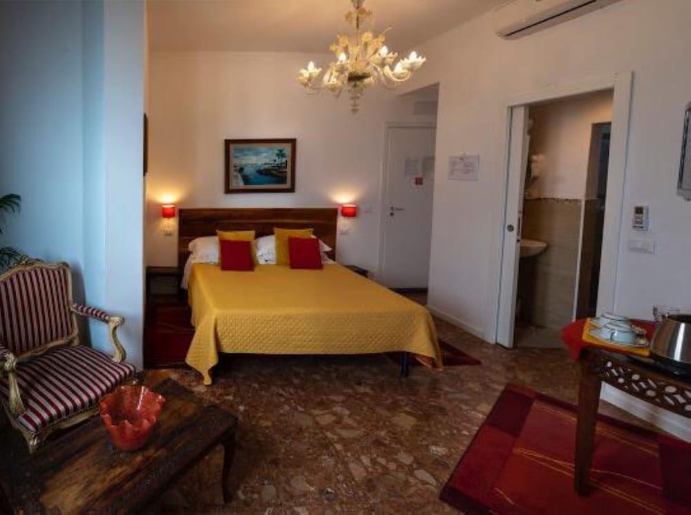 https://i.travelapi.com/hotels/28000000/27120000/27111700/27111641/825863f7_z.jpg