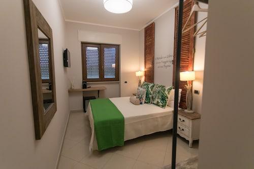 Love Fama Hotel, Latina