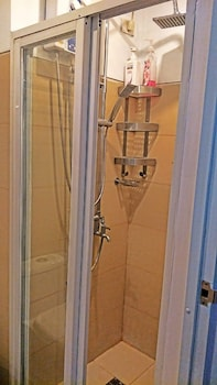 HOMESTAY AT WIND RESIDENCES Bathroom Shower