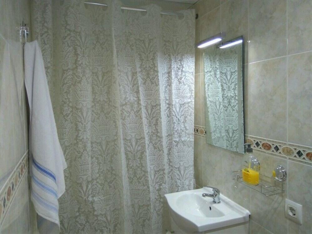 https://i.travelapi.com/hotels/28000000/27260000/27259900/27259820/76abeac8_z.jpg