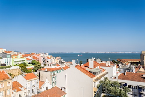 Alfama Lounge Three-Bedroom Apartment w/ River View and Parking - by L, Lisboa