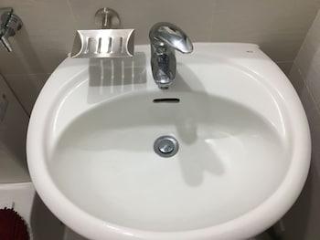 AZURE URBAN RESORT RESIDENCES MAUI TOWER Bathroom Sink