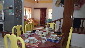 YELLOW HOUSE VACATION RENTAL Dining