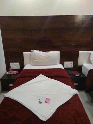 Hotel Restinn, Surat