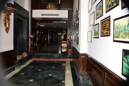 . Hotel Diplomat Residency