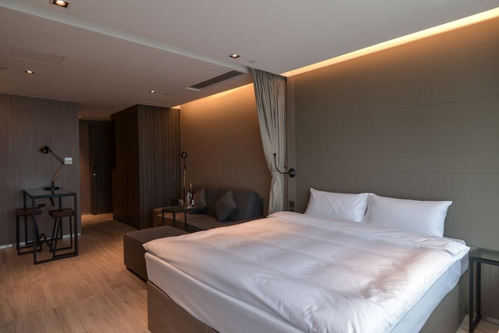 https://i.travelapi.com/hotels/28000000/27590000/27580800/27580728/636372bd_z.jpg