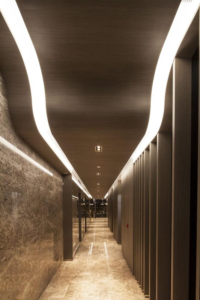 https://i.travelapi.com/hotels/28000000/27590000/27580800/27580728/7b7d775c_z.jpg
