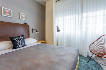 Guestroom at Moxy San Diego Downtown/Gaslamp Quarter in San Diego