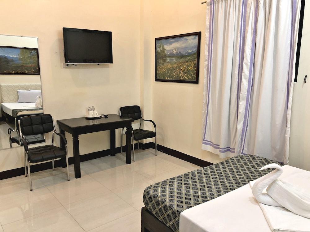 https://i.travelapi.com/hotels/28000000/27750000/27741500/27741497/9b1e3c2e_z.jpg