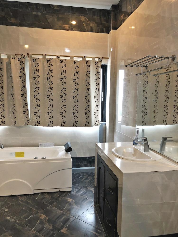https://i.travelapi.com/hotels/28000000/27750000/27741500/27741497/e0df62a1_z.jpg