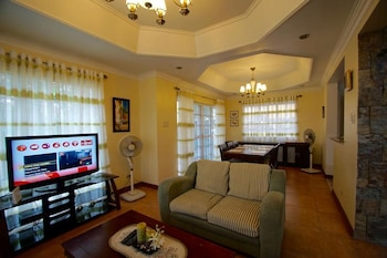 CHARMING TAGAYTAY VACATION HOME Living Area