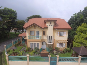 CHARMING TAGAYTAY VACATION HOME Featured Image
