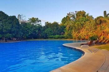 TALISAY LAKESIDE VILLAS Outdoor Pool