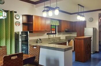 TALISAY LAKESIDE VILLAS Private Kitchen
