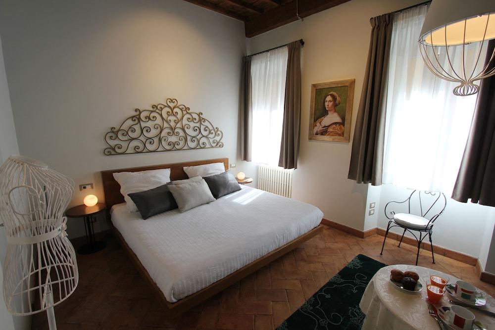 https://i.travelapi.com/hotels/29000000/28610000/28605900/28605870/c4b19e55_z.jpg