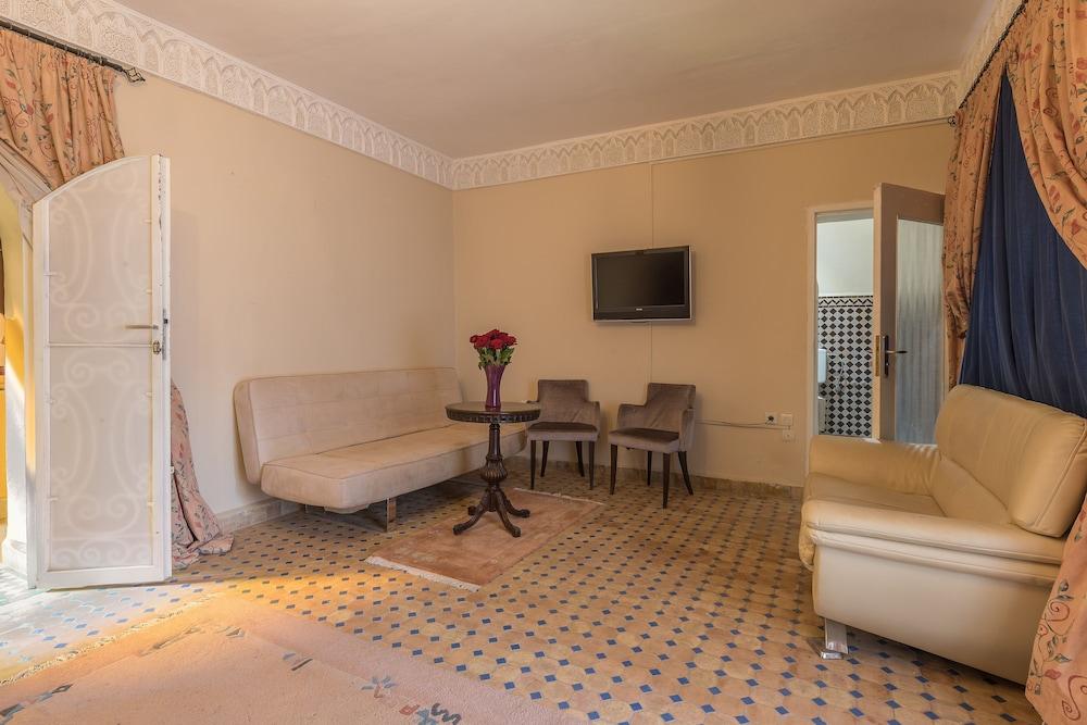 https://i.travelapi.com/hotels/29000000/28770000/28763400/28763316/2c62c9d5_z.jpg