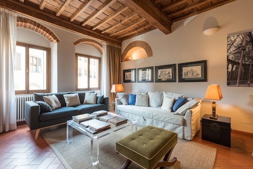. Heart of Florence Pitti 2 Bed-apartment