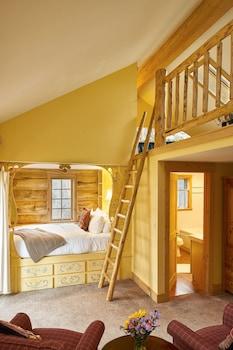 2nd Floor, 1 queen & 2 single beds