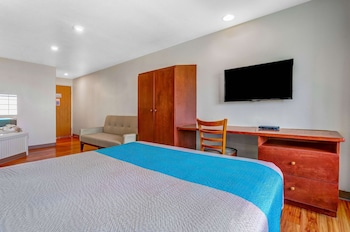 Deluxe Suite, 1 Queen Bed, Non Smoking, Refrigerator & Microwave
